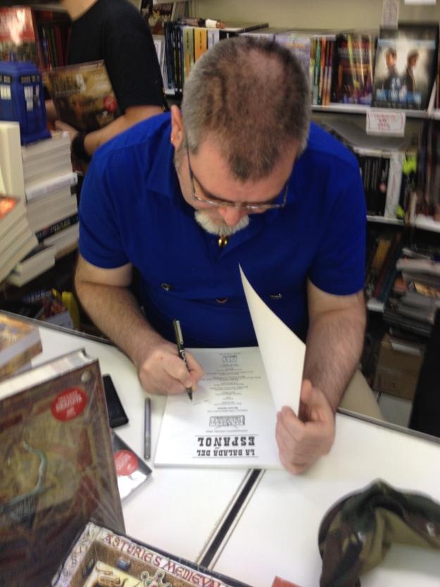 """Ricard Ibañez firmando el suplemento """"La balada del español"""""""